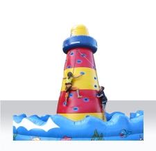 Aufblasbarer Leuchtturm als Kletterberg
