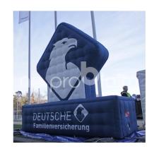 riesiges aufblasbares Logo - Deutsche Familienversicherung