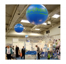 riesiger Werbeballon fliegend - bio-chem Messestand