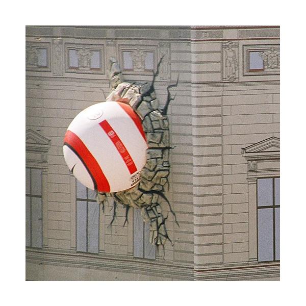 Aufgeblasener Riesenball (Nike) in Gebäudefassade | Guerilla Marketing